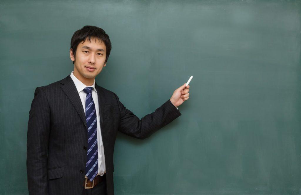 授業をする男性の講師