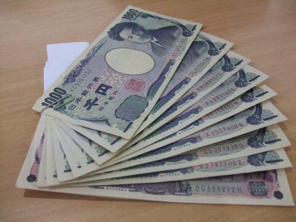 大量の千円札