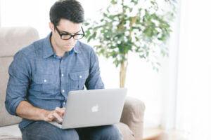 自宅で仕事をする男性