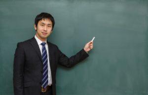 黒板と男性講師
