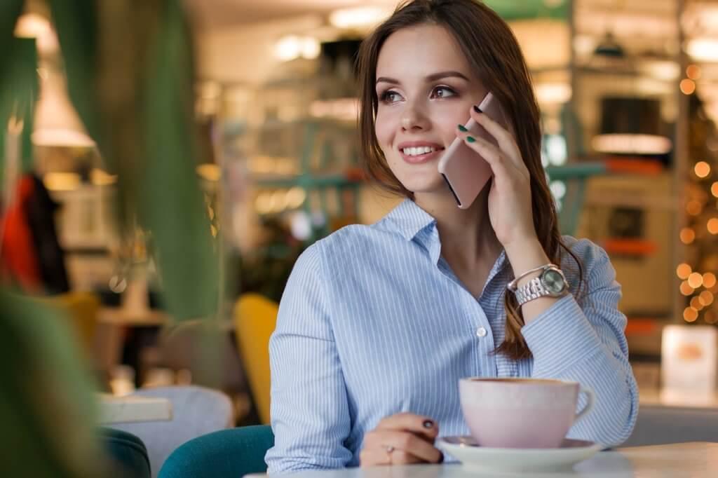 カフェで休憩する女性